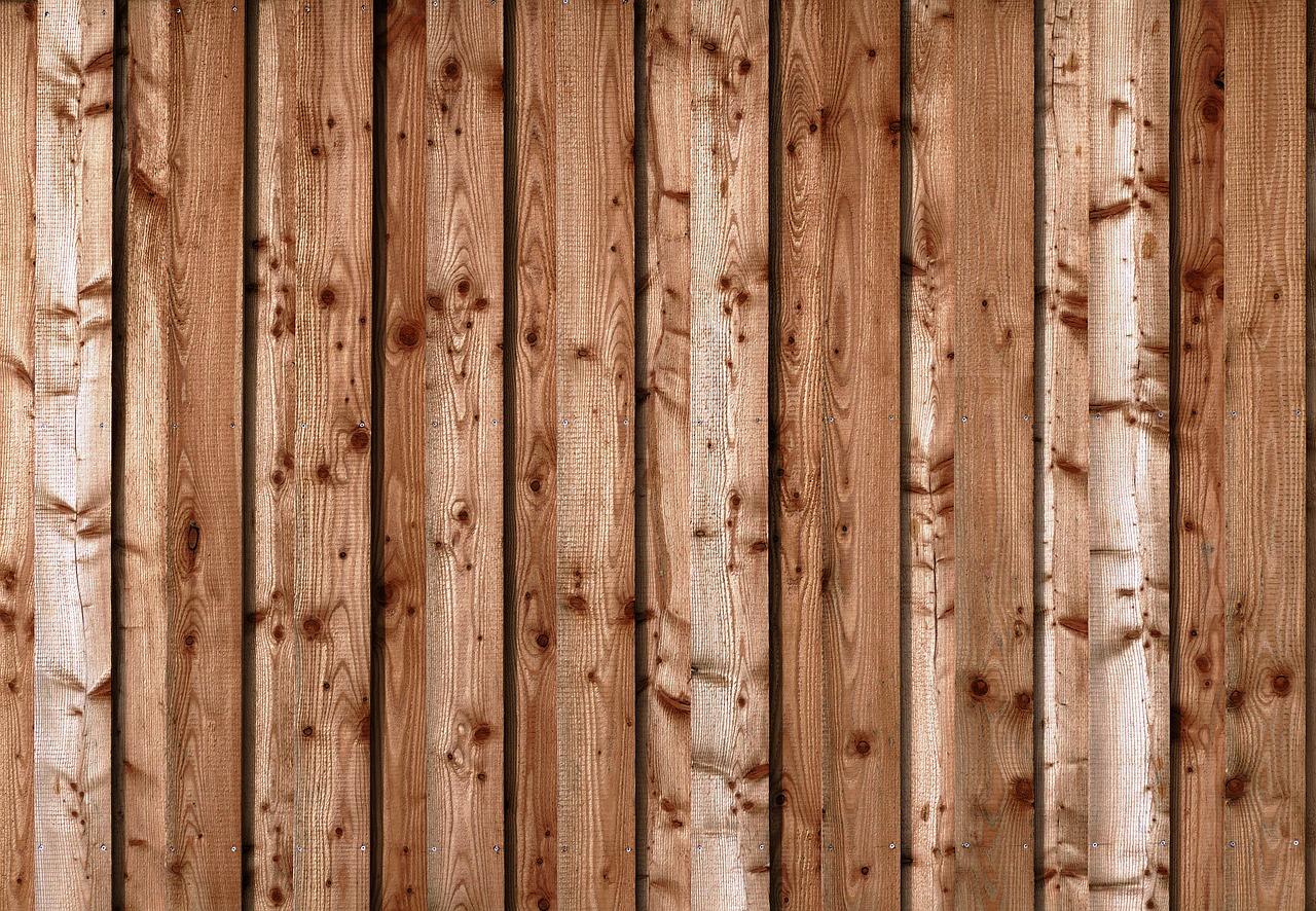 Über welche charakteristischen Merkmale verfügt der Holzzaun und wie sollte man es pflegen?